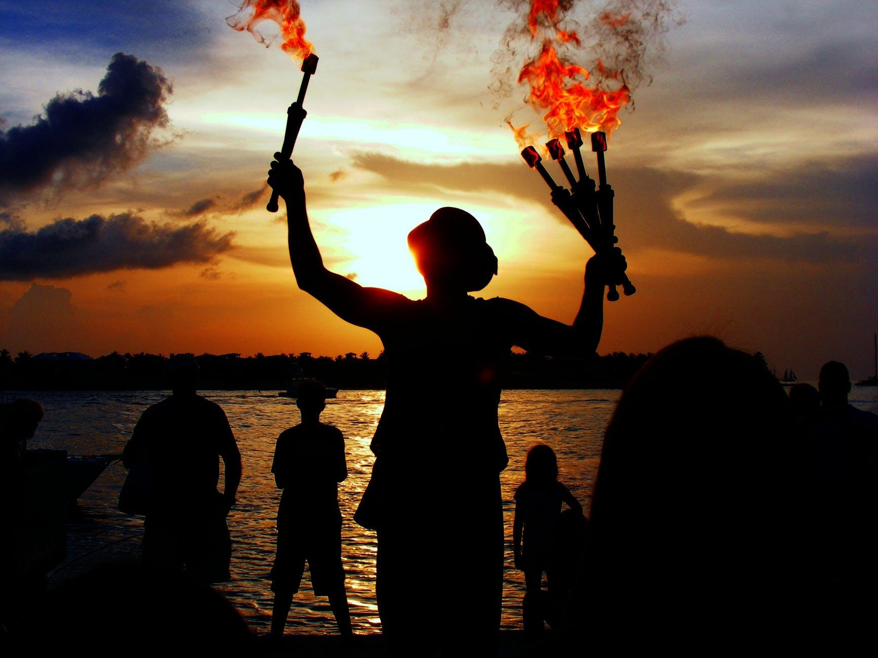 juggler-performer-water-sea-65297.jpeg